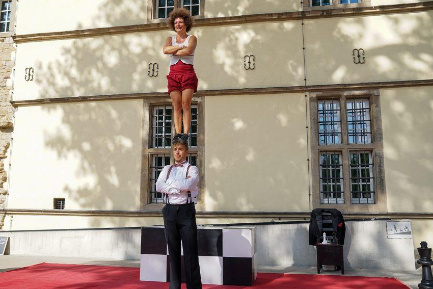 """Zirkustheater """"elabö"""" im Hof von Schloss Strünkede zeigt das Stück """"Schachmatt"""""""