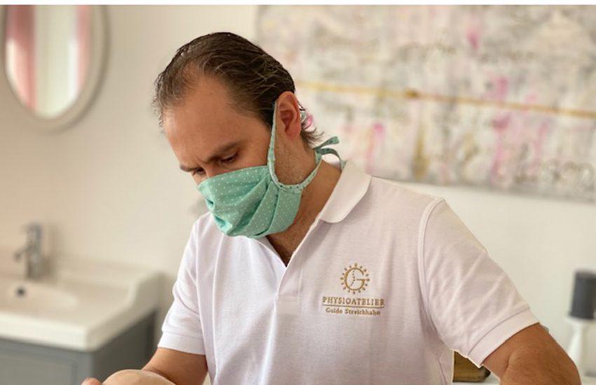 Guido Streichhahn arbeitet mit Mundschutz.