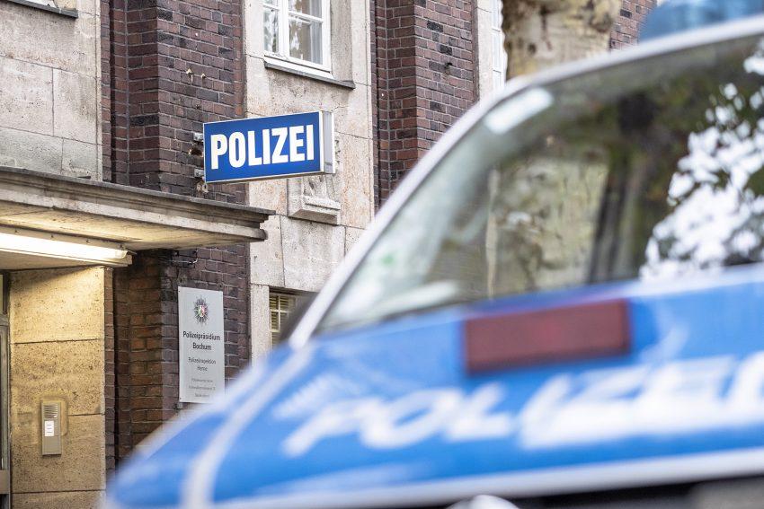 Ein Streifenwagen der Polizei steht am Dienstag (23.10.2018) vor der Polizeiinspektion am Friedrich-Ebert-Platz in Herne (NW). Am Morgen hat die Bochumer Polizei umfangreiche Durchsuchungsmaßnahmen gegen die Organisierte Kriminalität in den Städten Bochu