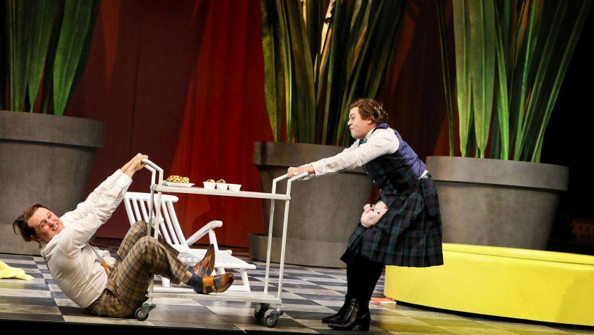 Theaterstück Bunbury im Grillo Theater, Zwei Hallodris beim Bunburysieren: (v.li.) Stefan Migge und Dennis Bodenbinder.