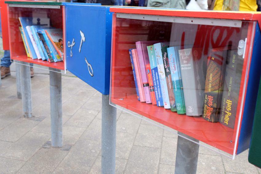 Bücherwurm Lenni, steht vor der Christuskirche, und ist nur für Kinder .