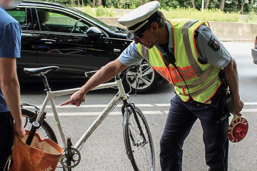 Achim Jassin kontrolliert ein Fahrrad in Bochum.