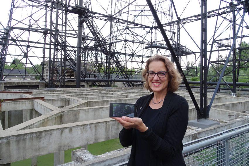 Ursula Mehrfeld, Geschäftsführerin der Industriedenkmalstiftung, mit einem Mediaguide in der Kokerei Hansa.