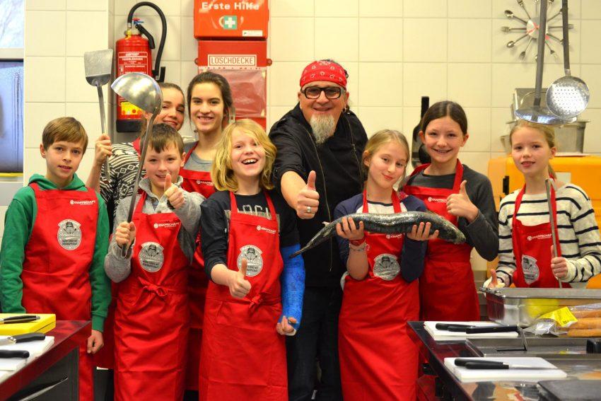 Sternekoch Stefan Marquard kocht mit Schülern.