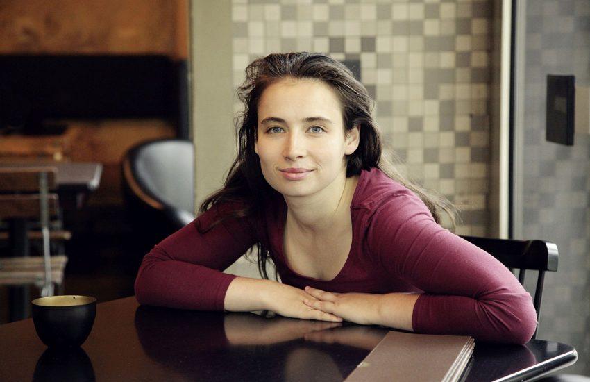 Marina Frenk, 1986 in Moldawien geboren, lebt als Schauspielerin und Musikerin in Berlin.