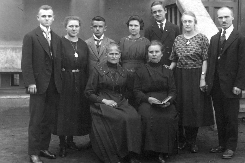 Familie Schick im Hof an der Richardstraße.