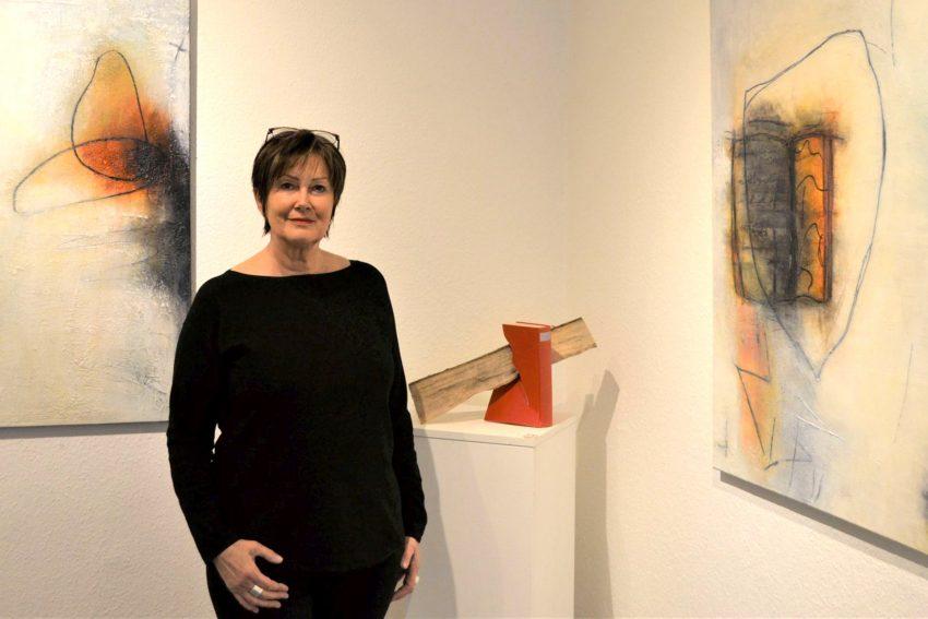 Edelgard Sprenger mit dem Buchobjekt Wortbruch aus der Ausstellung Erlesenes.