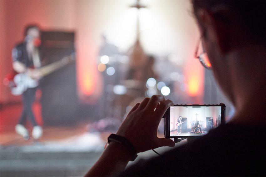 Formosa dreht mit Merlin Morzeck ein Musikvideo in der Lutherkirche an der Unser-Fritz-Straße.
