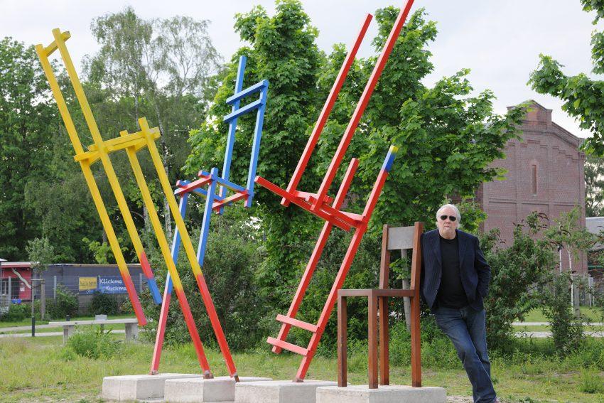 Der Künstler Pit Grzan im Jahr 2012 im Entstehungsjahr der Stühle - 'Wer rastet der rostet'.