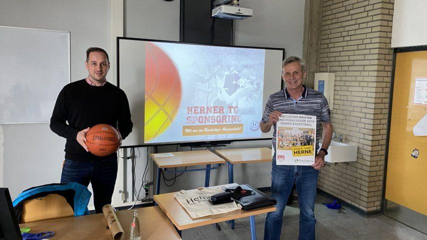 Neue Kooperation zwischen Mulvany Berufskolleg und dem HTC: (v.li.) Angelo Daut (Fachlehrer Sportmanagement) und Wolfgang Siebert (1. Vorsitzender HTC).
