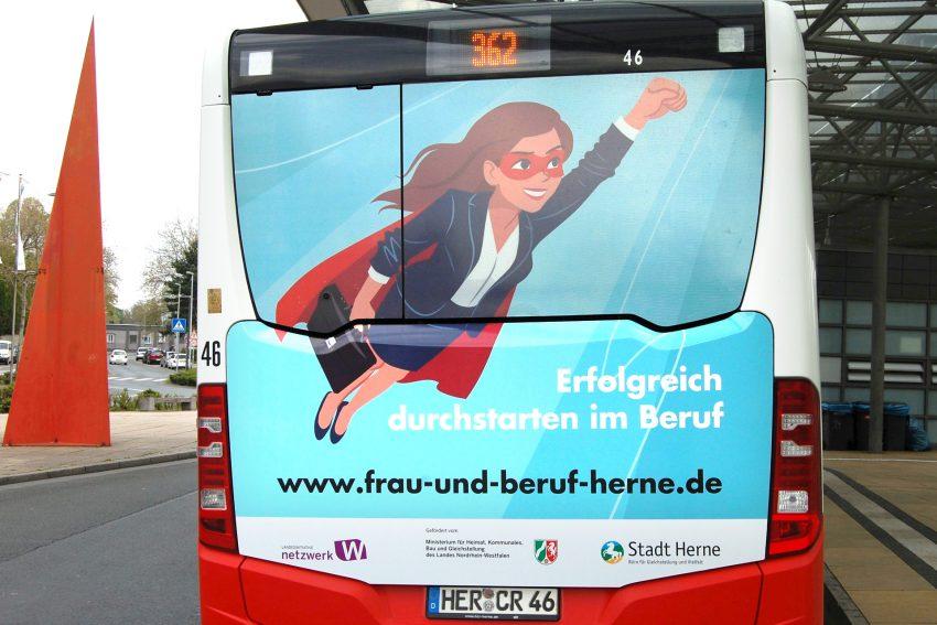 Die Webseite 'Frau und Beruf' präsentiert sich auf einem HCR-Bus.