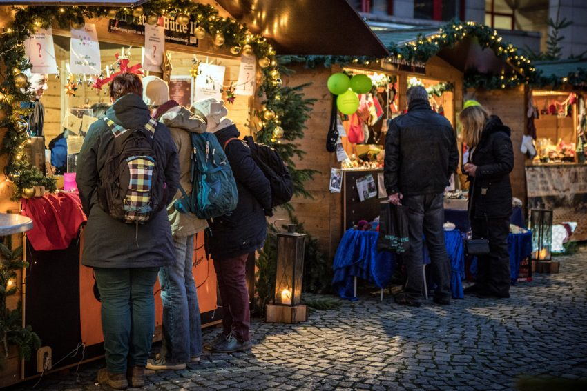 An der Karitativen Hütte auf dem Weihnachtsmarkt.