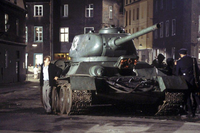 Trotz Ausgangssperre wagt Hartmut Brücken (Wotan Wilke Möhring, l.), der sich hinter einem Panzer versteckt, die Flucht.