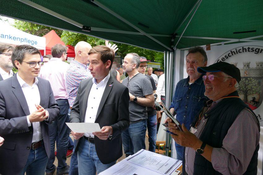 links: Alexander Vogt (SPD, MDL) am Stand der Gesellschaft für Heimatkunde.