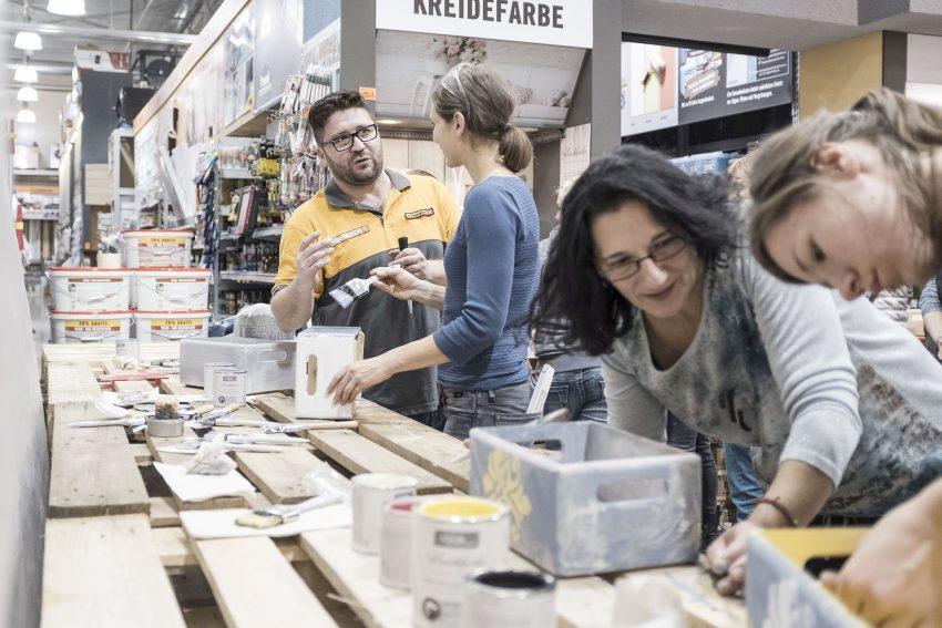 Der 'Women at work'-Projektabend von Hornbach bietet Frauen die Möglichkeit, unter professioneller Anleitung bisher ungeübte Arbeitsschritte auszuprobieren.