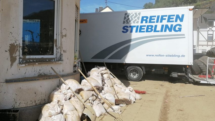 """Einsatz von """"Reifen Stiebling"""" im Katastrophengebiet bei großen und kleinen Reifen,"""