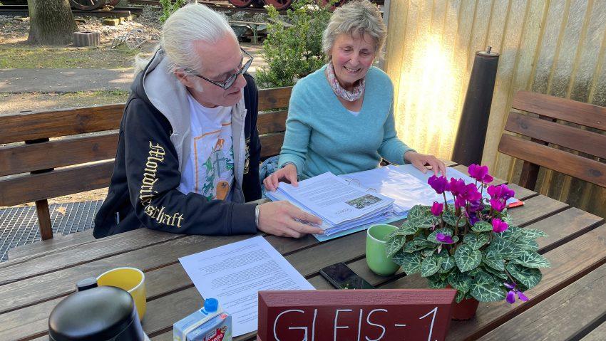 Horst Schröder und Susanne Adami studieren alte Berichte und mögliche Fördermittel für das Hallenbad Eickel.