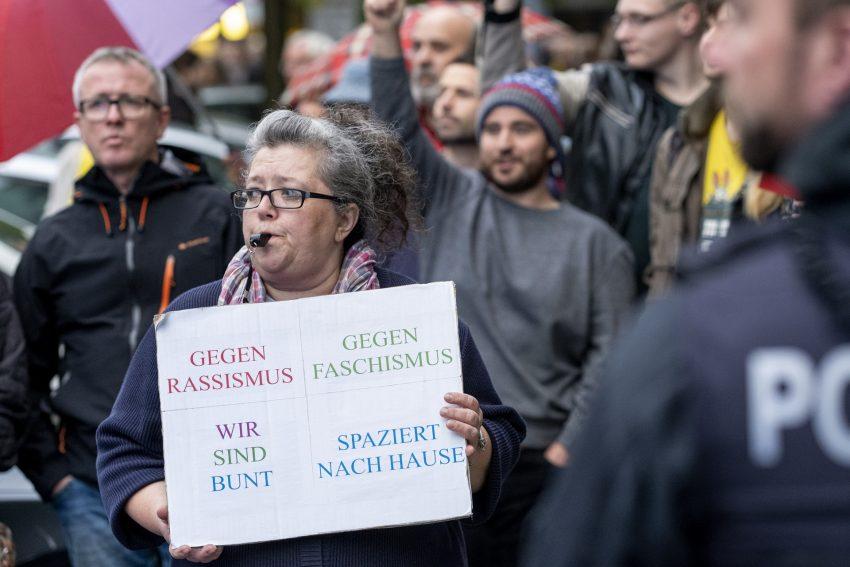 Demonstration gegen den Aufmarsch von Rechtsextremen getarnt als Spaziergang