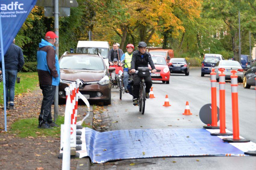 ProtectedBikeLane #MehrPlatzFürsRad: Aktion des ADFC Herne auf der Edmund-Weber-Straße am 11.10.201.