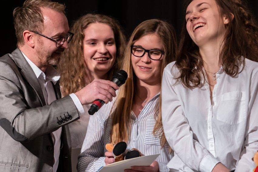 Jugendsportlerehrung 2019: Mathias Gerth befragt die Basketballerinnen des HTC.