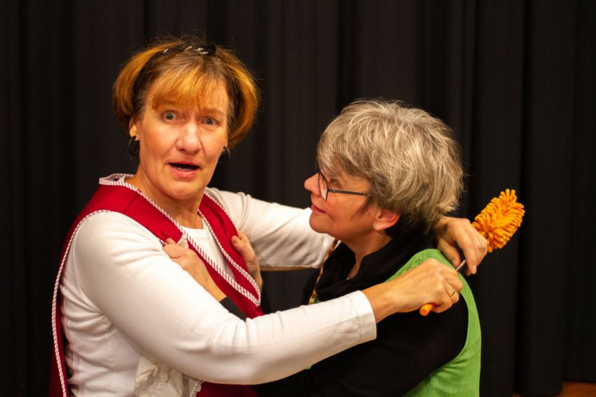 Theater im Volkshaus: Birgit Gießmann und Hilde Schmülling.