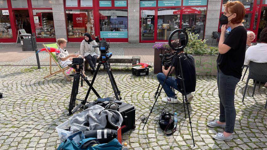 Interviews zur U18-Wahl 2021 mit Direktkandidaten, hier am Robert-Brauner-Platz mit Michelle Müntefering, Jan Laser (li.) und Havle Nazik führen die Interviews, Elena Franz (re.) von der Fachstelle Partnerschaft für Demokratie schaut zu.