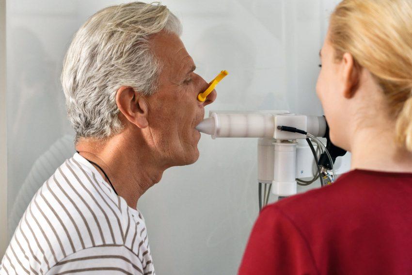 Der Lungenfunktionstest beim Pneumologen hilft, Asthma bronchiale zu erkennen.