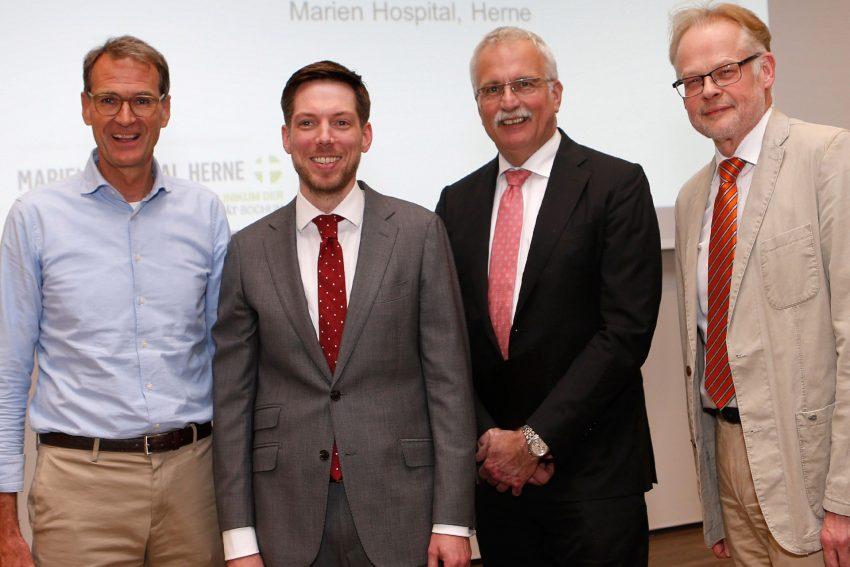 Foto-gesperrt. v.l. Prof. Dr. Joachim Noldus, Direktor der Klinik für Urologie, Priv.-Doz. Dr. Florian Roghmann, Prof. Dr. Ralf Gold, Theo Freitag.