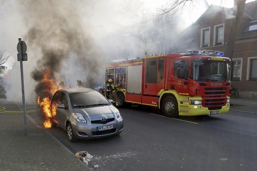 Die Berufsfeuerwehr in Herne (NW) löscht am Samstag (16.02.2019) den Brand von zwei PKW. Die beiden Fahrzeuge standen hintereinander auf dem Seitenstreifen an der Bahnhofstraße in Höhe der Hausnummer 238. Es entstand an den beiden Fahrzeugen ein großer Sachschaden.
