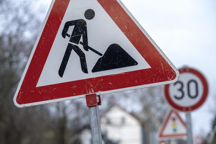 Verkehrszeichen stehen an einer Baustelle an der Bielefelder Straße in Herne (NW), am Mittwoch (26.12.2018).