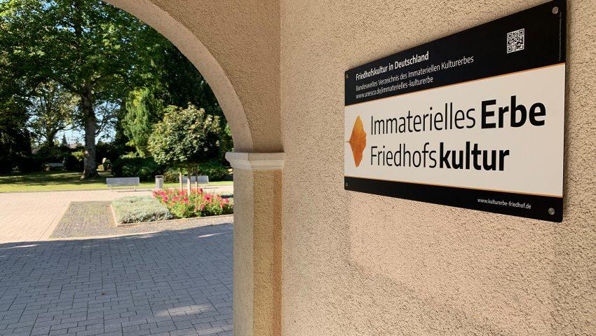 Friedhöfe in Herne nun Immaterielles Kulturerbe, das Schild hängt am Südfriedhof