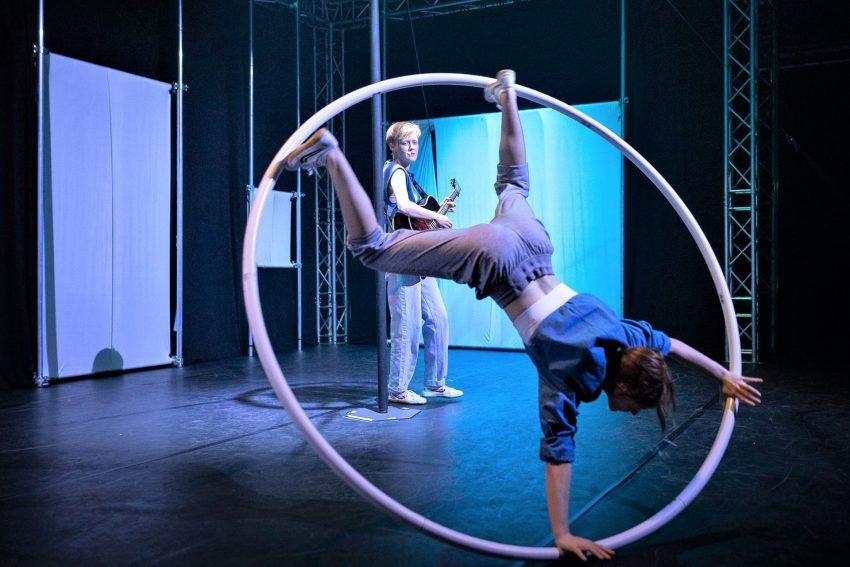 'Trial and Error': Live-Musik (Svea Kirschmeier) zu grandiosem Cyr Wheel mit Reifen (Sina Kiekbusch) auf kleinstem Flottmannhallen-Raum.