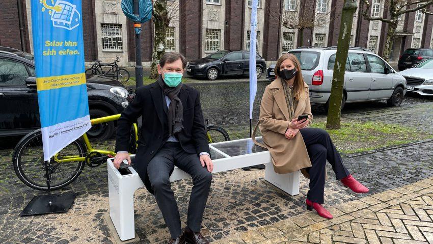 Neue Solarbank zum Handy laden auf dem Friedrich-Ebert-Platz gegenüber des Eingangs zur Polizei, im Bild (li.) OB Dr. Frank Dudda und Nina Frense, Beigeordnete des RVR für Umwelt und grüne Infrastruktur.