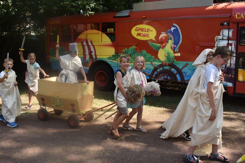Sommerferien-Programm im Spielezentrum: Römer in ihrer traditionellen Tracht.