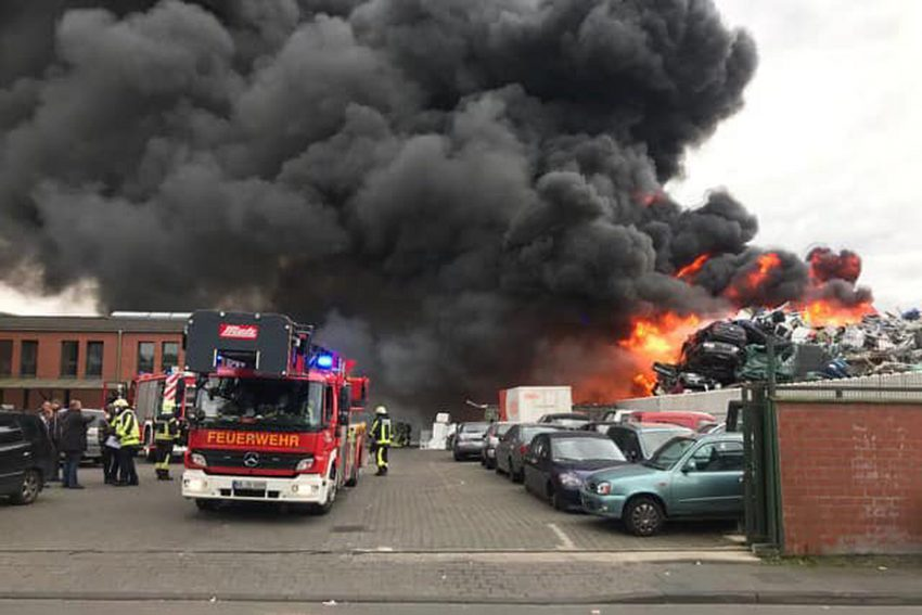 Grossbrand auf einem Schrottplatz in Bochum-Gerhte, am Mittwoch (14.10.2020). Es brennen rund 50 PKW. Eingelagerte Propangasflasche n werden durch die Hitze zum Bersten gebracht. Die Feuerwehr Bochum hat Vollalarm ausgelöst.