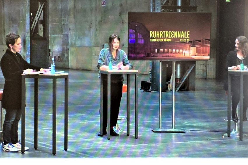 Barbara Frey (li) und ihre beiden leitenden Dramaturginnen Judith Gerstenberg und Barbara Eckle in der Jahrhunderthalle.