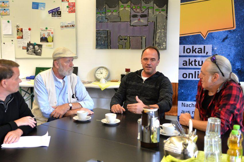 Befürworter für einen Campingplatz in Unser-Fritz in der halloherne Redaktion: v.l. Redakteur Patrick Mammen, mit: Jörg Lippmeyer, Dieter Wagner (möglicher Investor) und Horst Schröder.