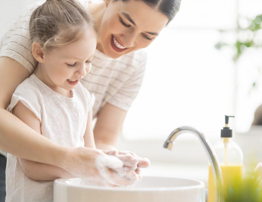 Die Übertragung mit Rotaviren erfolgt meistens über eine Schmierinfektion. Kleinkinder sind besonders gefährdet, weil sie häufig die Hände oder Sachen in den Mund nehmen. (NUR AOK!!!)