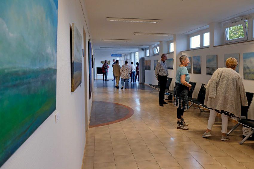 Besucher in der Ausstellung 'Horizonte'.