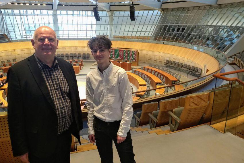 Schüler-Praktikant Deniz Breuer mit Thomas Nückel MdL.