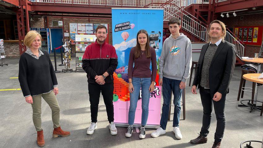 Jugendkulturpreis wird zehn Jahre alt, (v.li.) Gaby Kloke vom Kulturbüro, Timur Bambil, Preisträger von 2020, FSJlerin Paula Ridder, FSJler Justus Freisewinkel und Kulturmanager Chris Wawrzyniak
