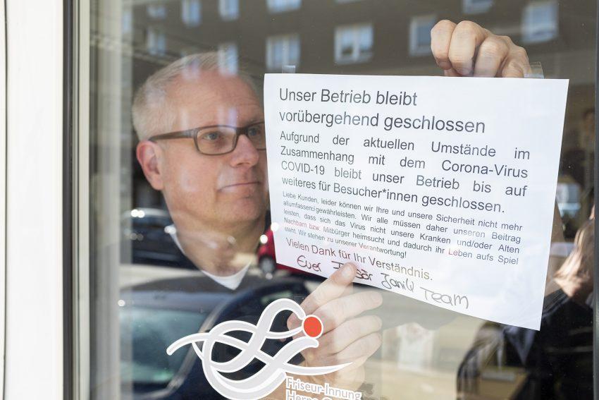 Frisörmeister Andreas Janik hat seinen Salon in der Altenhöfener Straße in Herne (NW), wegen des Coronavirus, vorübergehend geschlossen. Aufnahme vom Montag (23.02.2020).