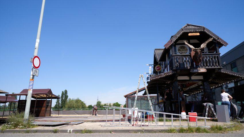 Aufbau vom Biergarten Zum Ritter am Crange Platz am Mittwoch (2.6.2021).
