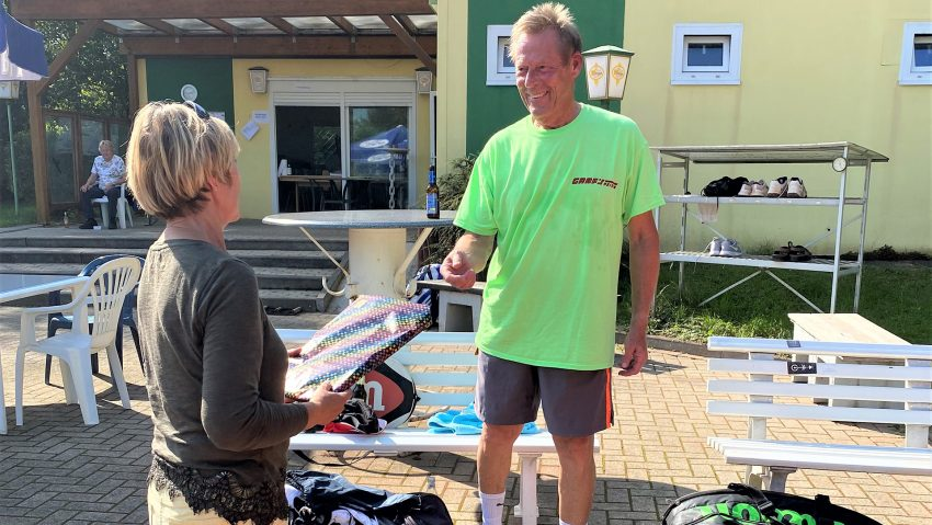 Bernd Lichtner (re.) bei der Siegerehrung vom Backumer Tal-Turnier in Herten.