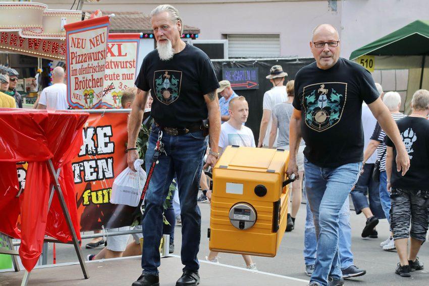 Gerd Herzog und Jörg Menne - schleppen die Versorgungskitsten ran.