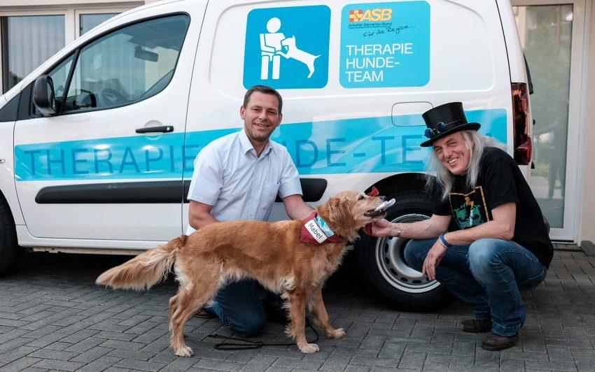 v.l. Tobias Ahrens, Hund Mabel, Graf Hotte.