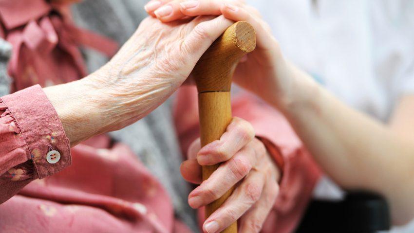 Wenn ein Angehöriger in Herne zu Hause gepflegt wird, kommt finanzielle Hilfe aus der Pflegeversicherung gelegen. (Nur AOK)