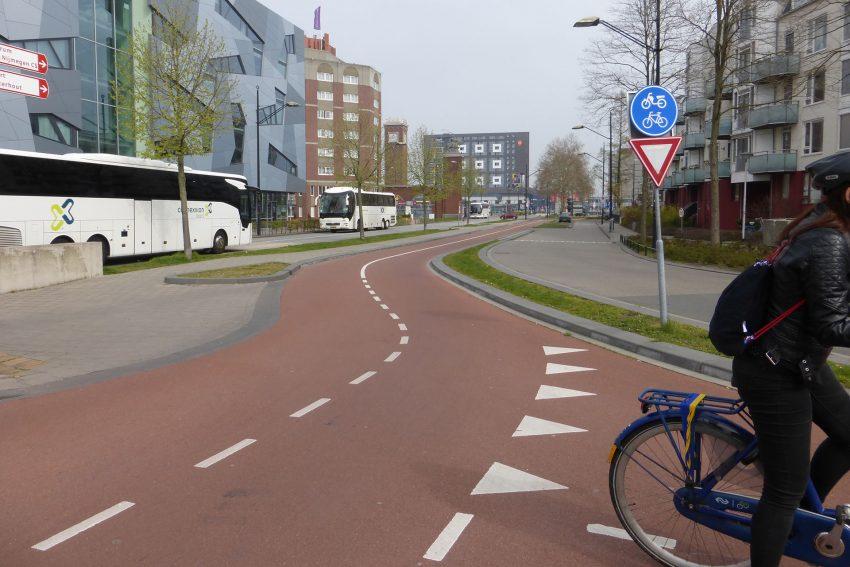 Von Autoverkehr nicht viel zu sehen: Außer drei erdgasangetriebenen Linienbusssen neben einem breiten Radweg.