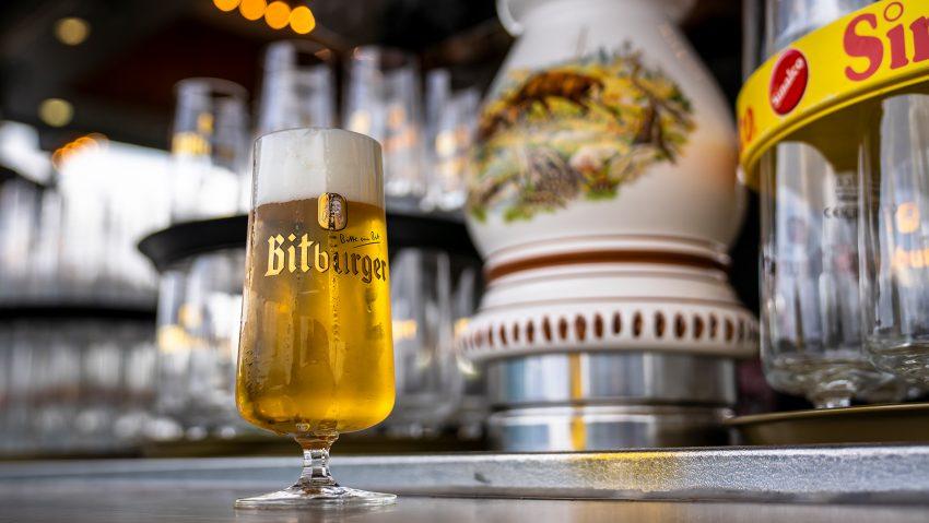 Impressionen von der Gastrokirmes auf dem Cranger Kirmesplatz, ein Glas Pils.