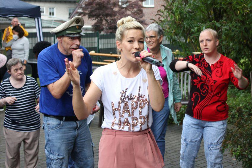 Angelique Sendzik sorgte für Stimmung beim Sommerfest der Lebenshilfe.